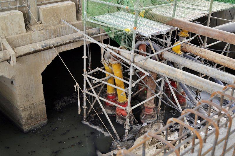鐵路高架C602標,興建跨越中央排水的鐵路高架臨時軌雙孔橋涵工程,將解決垂楊大橋下方中央排水問題。圖/嘉義市府提供