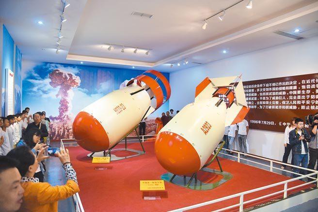 四川兩彈模型館展出的「兩彈」(原子彈和氫彈)模型。中新社資料照片
