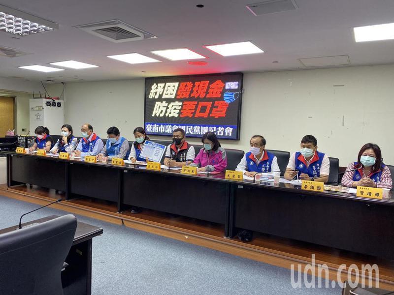 國民黨部副秘書長謝龍介及台南市議會國民黨團今天開記者會,要求政府紓困要發現金,防疫要免費給口罩。記者鄭維真/攝影