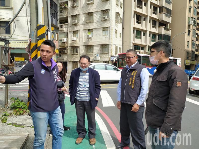 市議員陳偉杰與新春里長莊志文會同交通局到場會勘。記者吳亮賢 / 攝影