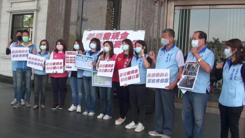 高雄市議會國民黨團今天向中央政府高喊「紓困發現金.防疫要口罩」。記者楊濡嘉/攝影