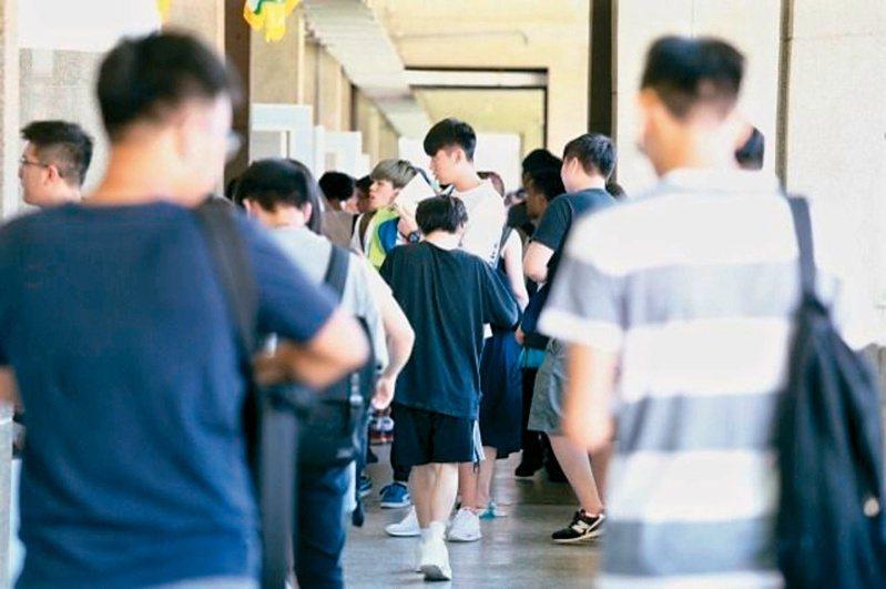 台灣開放大陸學生來台就讀9年來,隨著政黨輪替,兩岸友好程度不似從前,如今更因一場世紀疫情,讓陸生儼然成為兩岸的「政治沙包」。圖/聯合報系資料照片