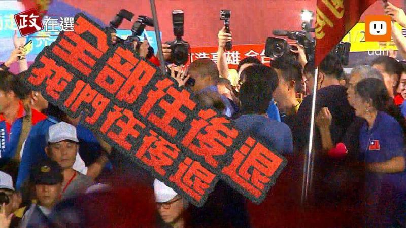 涂姓男子在韓國瑜旗山造勢時,爬上舞台鷹架,遭警方勸阻,沒想到他揮拳毆警,遭橋頭地院依妨害公務執行罪,判處有期徒刑7月,可上訴。記者賴郁薇/翻攝