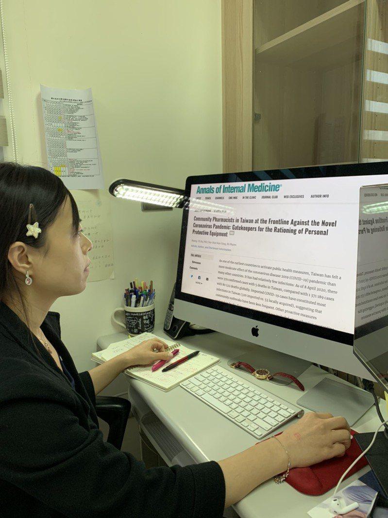 成大藥學系副教授歐凰姿在電腦前等待有關健保藥局口罩實名制的論文刊登在「內科醫學年鑑」上。圖/台南藥師公會提供
