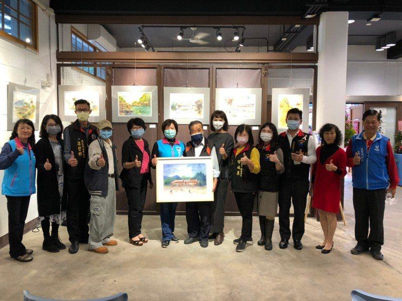 展出者之一的劉博彥(左七)創作多幅吉安在地風景,並繪製一幅「吉安好客藝術村」贈予鄉公所典藏。圖/吉安鄉公所提供