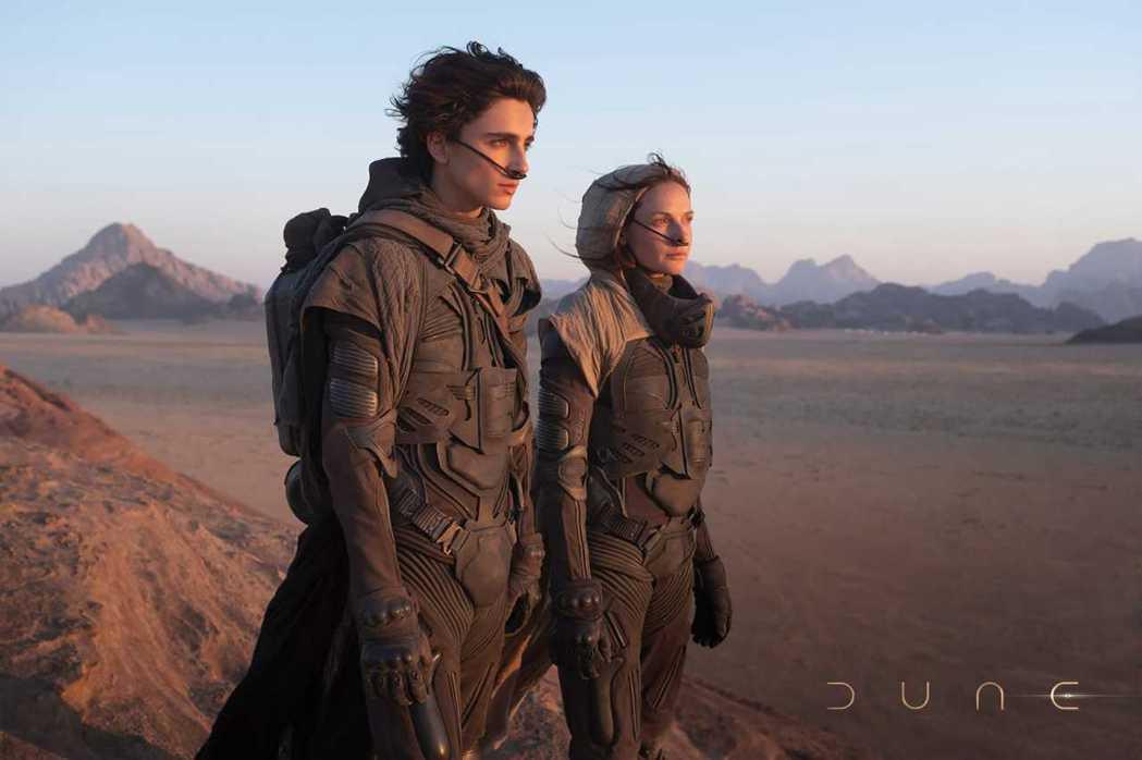 堤摩西柴勒梅德(左)、蕾貝卡弗格森「沙丘」劇照。圖/澤東電影提供