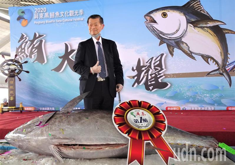 屏科大校友、72歲宜蘭企業家鄭金池,以每公斤9000元標得屏東「第一鮪」,他說,除了回饋母校,在疫情嚴峻經濟不景氣當下,更希望帶動魚價,改善漁民生計。記者潘欣中/攝影