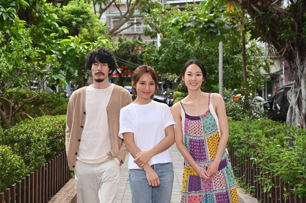 梁文音(中)和郭鑫(左)、黃栩薇合作。圖/環球音樂提供