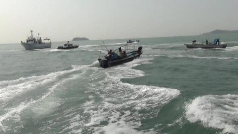 金門海巡隊的新艇(左),首日出海驅離陸船時,遭十多艘大陸快艇丟擲石塊及空酒瓶攻擊。圖/金門海巡隊提供