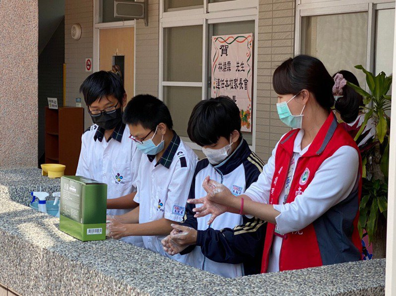 南投醫院護理人員教導營北國中師生正確洗手方式,落實自我保護,一起對抗新冠病毒疫情。圖/南投醫院提供