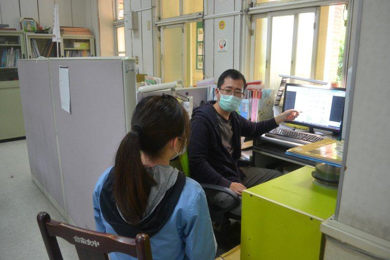 大學入學申請第二階段的面試、筆試登場,台南女中老師加緊指導學生口試技巧。記者鄭惠仁/攝影