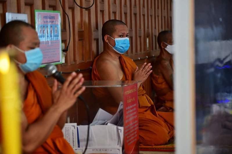 泰國傳出新冠病毒藉由屍體傳給法醫的案例。圖為曼谷寺廟的和尚。法新社