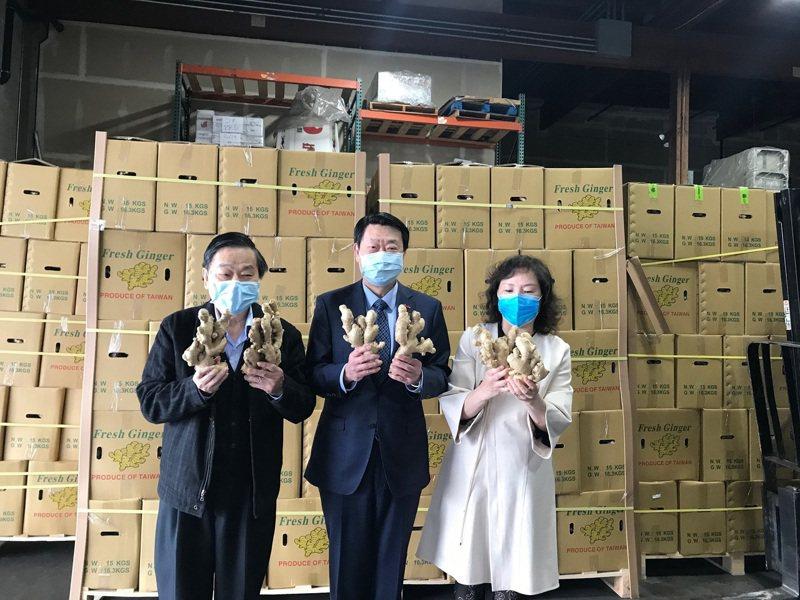 西雅圖台灣商會卓鴻儀會長(左一)、我駐西雅圖范國樞處長(中)與經銷商出席啟動儀式。圖/外貿協會提供