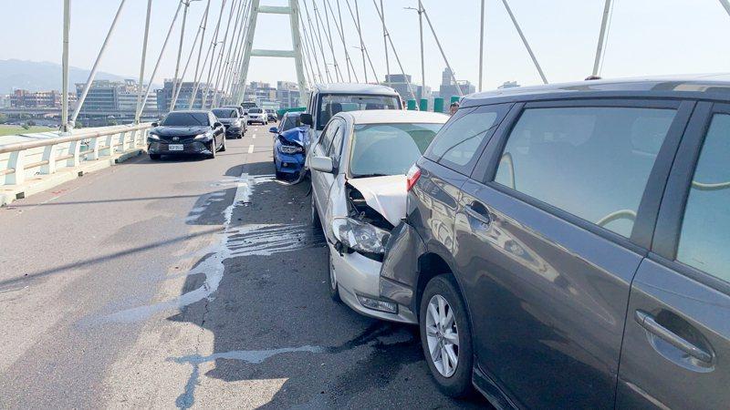 台北市麥帥二橋內湖往松山方向今早發生6車追撞事故。記者蔡翼謙/翻攝
