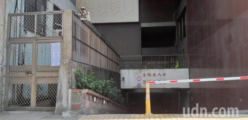 基隆市姓男子涉嫌攀爬基市府中正路旁鐵欄杆和鐵窗侵入,進入社會處辦公室行竊被捕。記者邱瑞杰/攝影