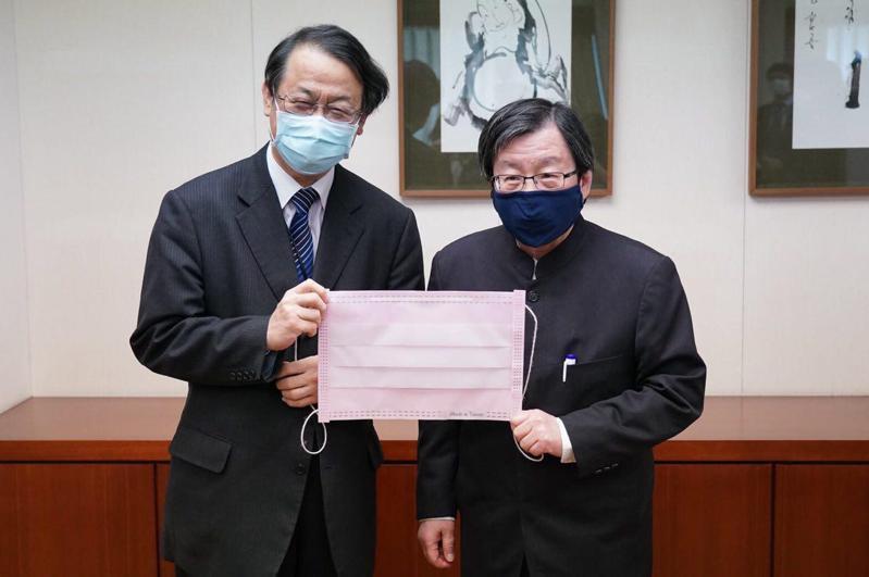 台灣日本關係協會會長邱義仁(右)和日本台灣交流協會代表泉裕泰(左)手拿大型粉紅色口罩道具合照。圖/外交部提供