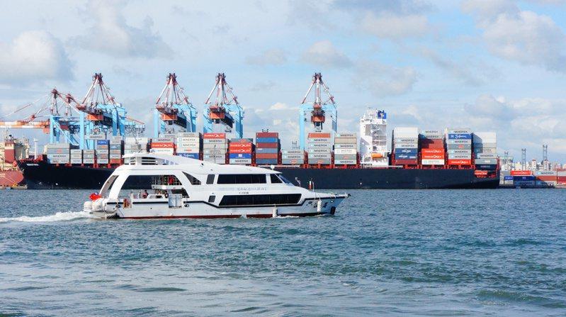 高雄市「文化遊艇」帶遊客遍覽高雄港美景。圖/高雄市文化局提供