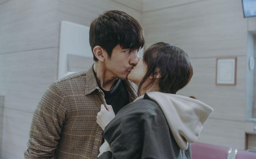 柯佳嬿(左)和修杰楷合作「愛的詐欺犯」,兩人輕輕一吻。圖/中視提供