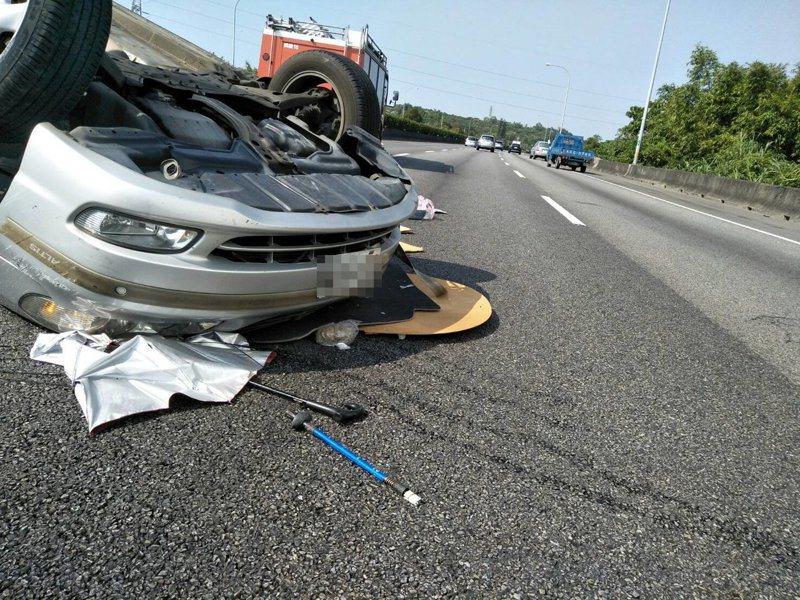 國道1號銅鑼北上路段下午發生轎車翻覆事故,1人受傷。圖/苗栗縣消防局提供
