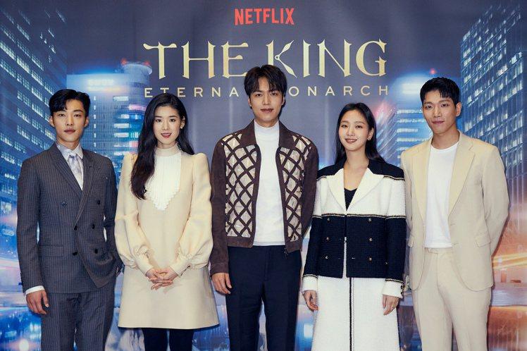 韓劇「The King:永遠的君主」今天舉辦新戲記者會,禹棹奐(左起)、鄭恩彩、...