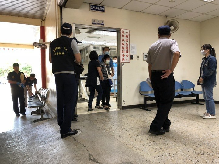女童母親在教友陪同下抵台南市立殯儀館相驗,法醫研究所鑑定女童死因與遭黑狗追逐,兩者間具有相當因果關係。圖/本報資料照
