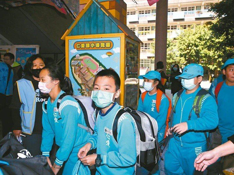 衛福部正與教育部研議配送口罩到中小學,由學校販售給學生,家長團體支持。本報資料照片