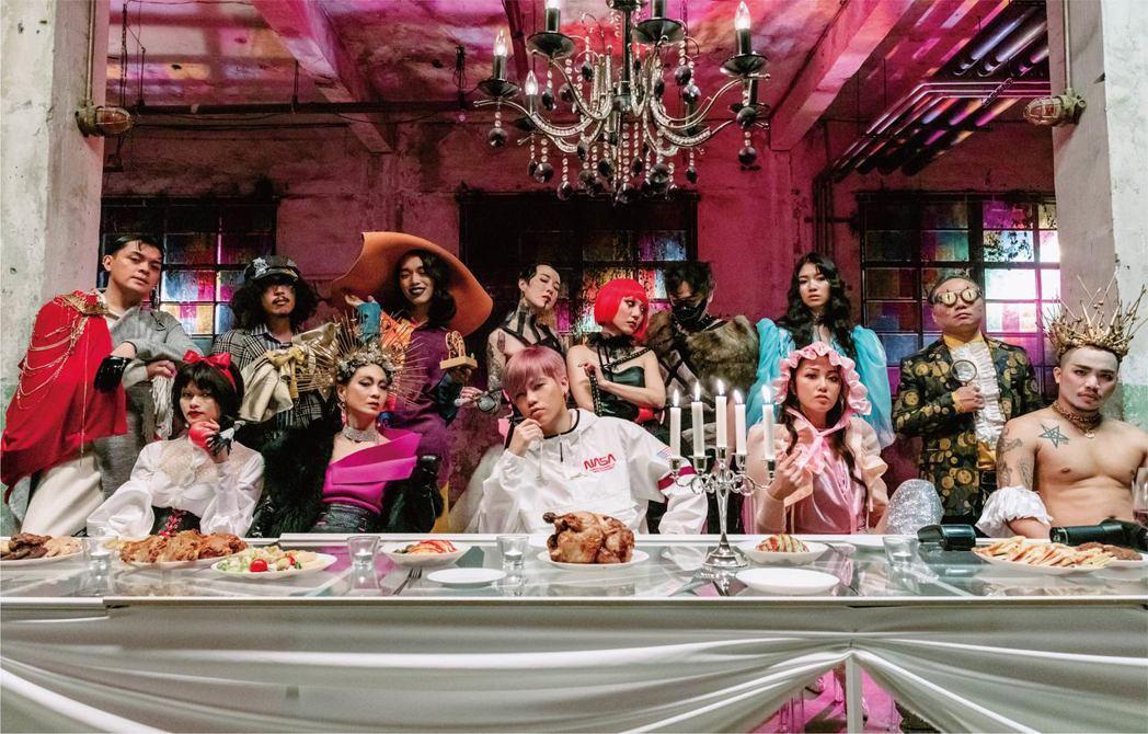 饒舌新人Spark皇毅新歌「格林成人童話」MV上演崩壞的童話晚宴。圖/華研提供