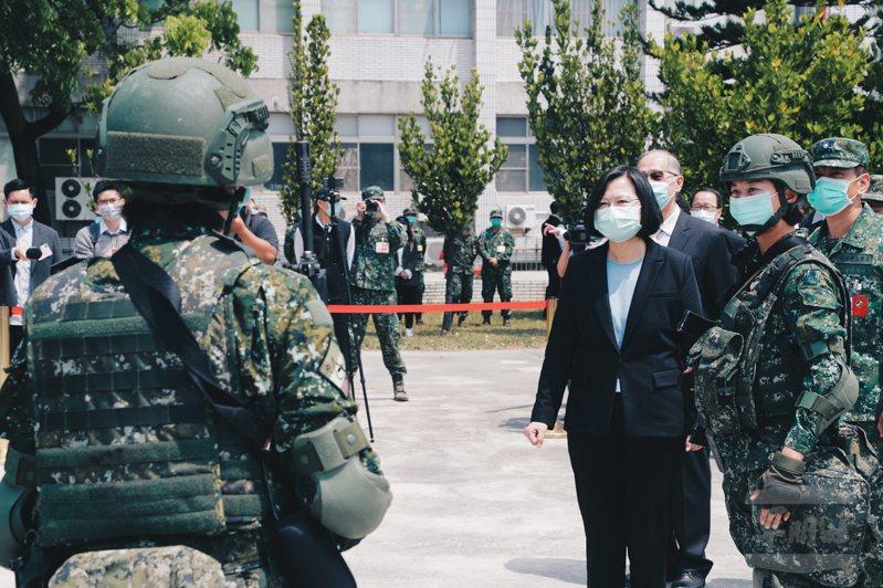 上周蔡總統到陸軍43砲指部視察官兵戰備,全體官兵都戴著口罩,這是一般部隊沒有的「豪華待遇」。 圖/國防部提供