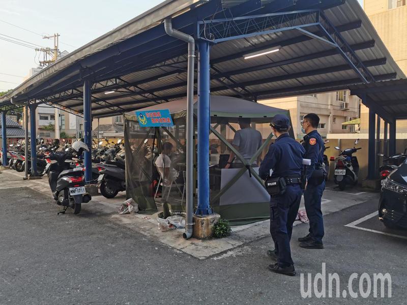 嘉義市警察局二分局今天在戶外帳篷,與嘉義地檢署檢察官連線,針對吳姓男子涉嫌酒駕嫌犯做遠距偵訊。記者卜敏正/攝影