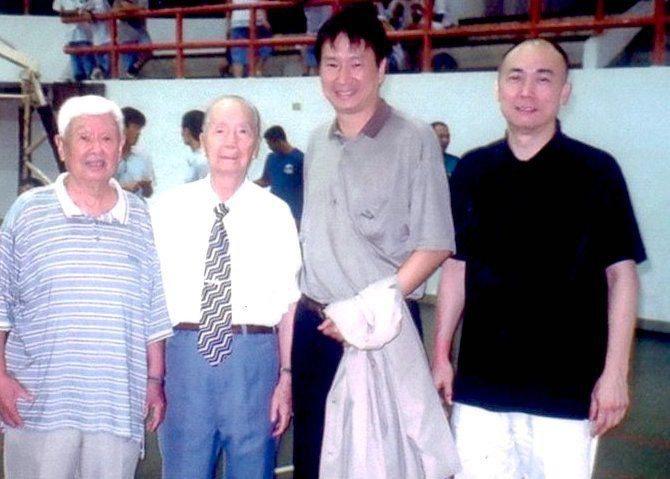 姜豐年(右二)感念昔日教頭王輝(左一),發起王輝盃籃球賽。圖/王輝盃提供