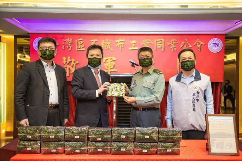 台灣區不織布工業同業公會理事長陳世中(左2)致贈北區後備指揮部數位迷彩醫用口罩。圖/軍聞社