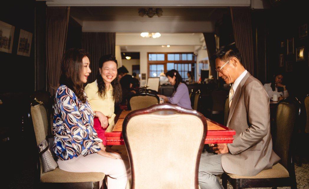 「三春記」戲中,陳美鳳(左起)在黃舒湄陪同下,與夏靖庭相親。圖/民視提供