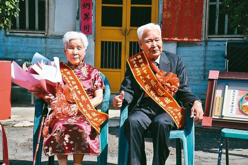 高齡93歲的廖進城(右)與90歲的妻子廖李秀鑾,結為連理逾70年鶼鰈情深。 記者李京昇/攝影