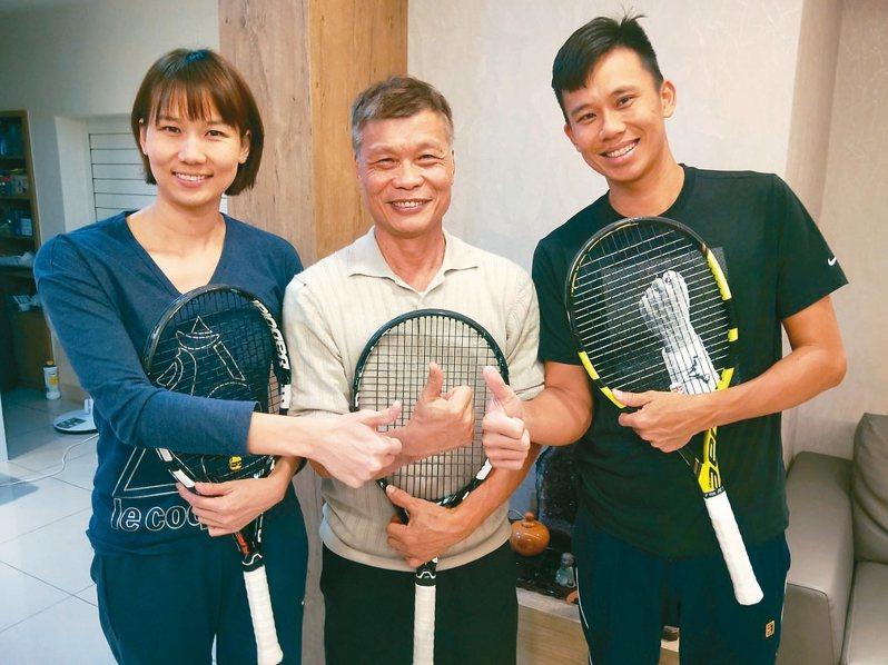 陳明財(中)把兒子陳迪(右)、女兒陳宜(左)調教成網球國手,退休後繼續培養更多小選手。 記者游明煌/攝影