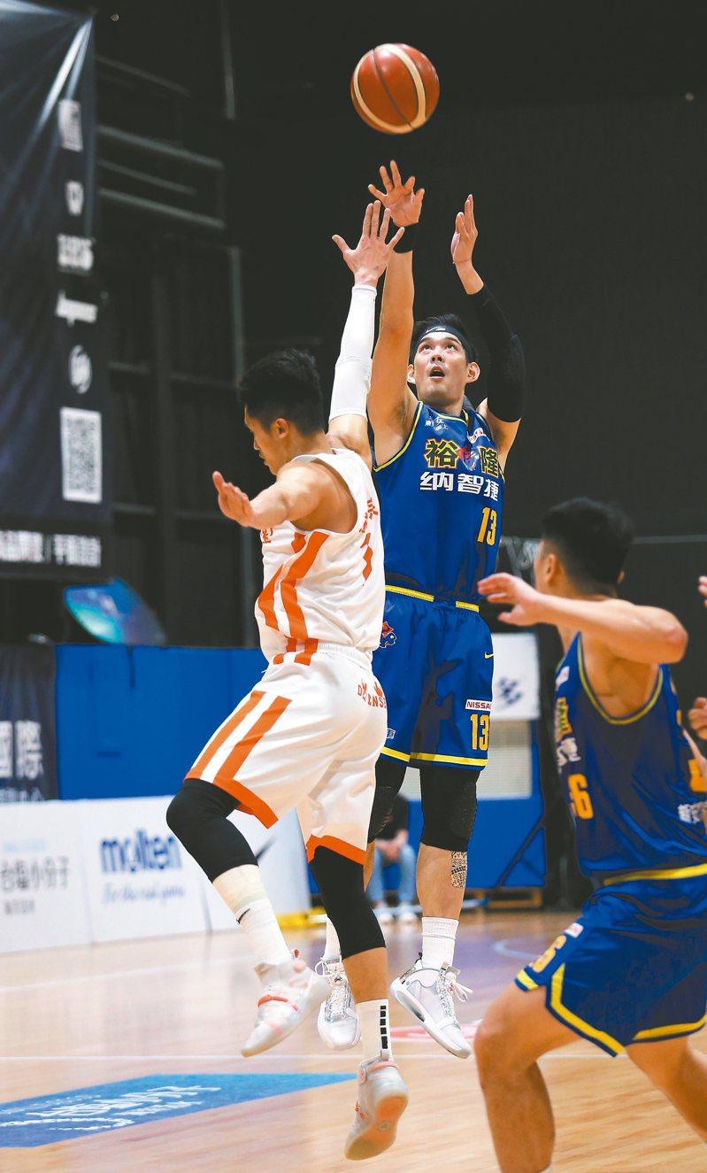 裕隆隊呂政儒(中)猛攻全場最高的廿三分,助隊在挑戰賽中取得「聽牌」優勢。 圖/中華籃球協會提供