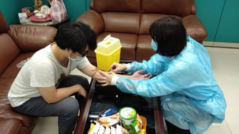 高雄市衛生局針對東南亞登革熱流行區返台的民眾、外籍移工及漁工,採血加驗登革熱病毒。 圖/高雄市衛生局提供