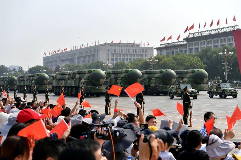去年十月一日,中共東風—41洲際戰略核導彈首度在閱兵上亮相。 中新社