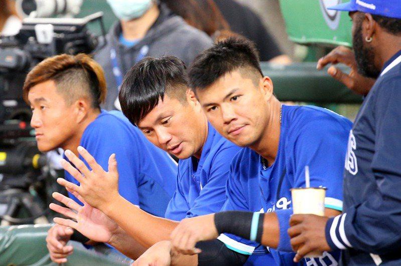 富邦悍將高國輝(左二)賽前與高國麟(左三)首次同場先發擔任外野手。 記者余承翰/攝影