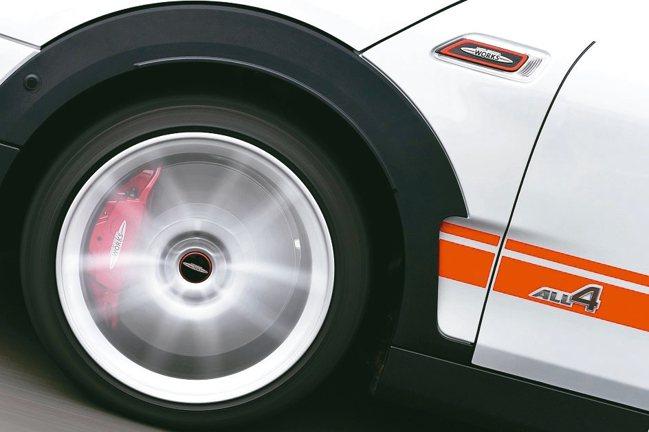 加大通風煞車碟盤,並配置前輪對向四活塞Brembo煞車卡鉗、ALL4智慧四輪驅動...