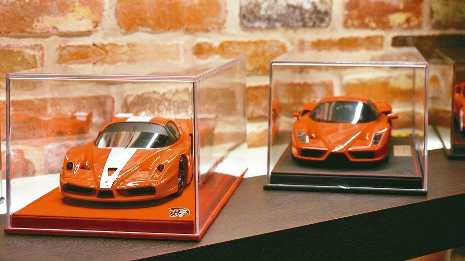 限量版的樹脂模型車,全套上透明壓克力保護蓋。圖中兩台紅色法拉利,左邊為Ferra...