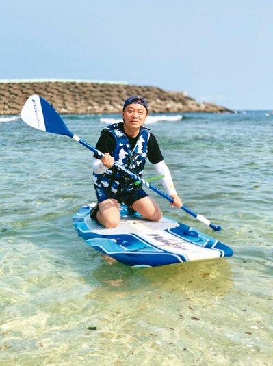 在漂亮的潮間帶玩立槳,是馥蘭朵-墾丁特有的水上活動。 圖/陳志光、游慧君