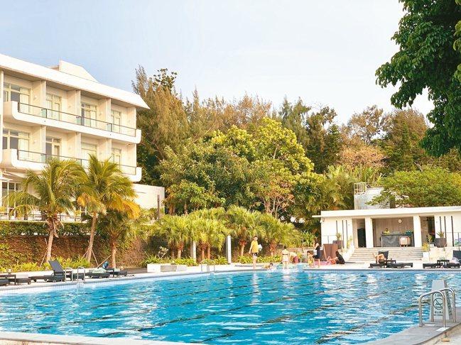墾丁的好天氣,讓華泰瑞苑的泳池無分四季,隨時可下水暢游。 圖/陳志光、游慧君
