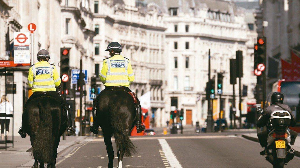英國延長禁足令至少三周,街道上人車寥寥可數。 美聯社