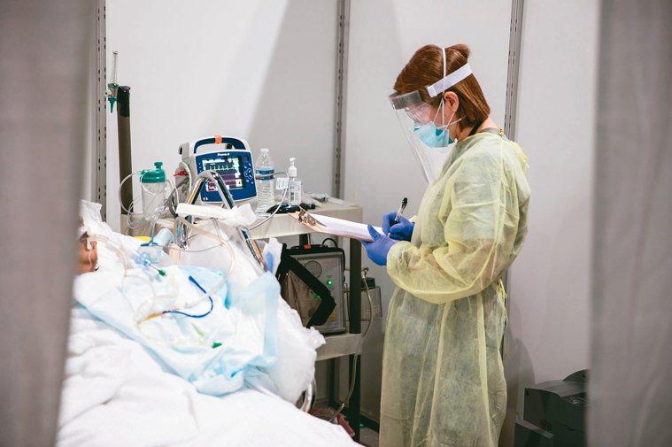 有些新冠肺炎患者死前陪伴在側的不是家人,而是醫護人員。 歐新社