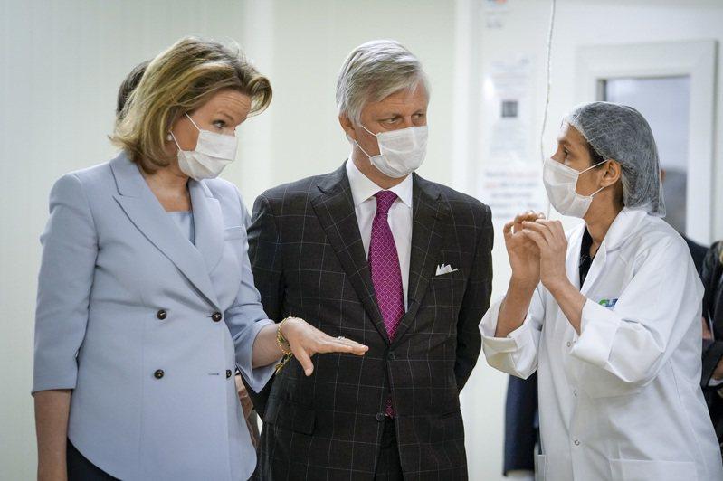 新冠肺炎至今已在比利時奪走逾5000條人命,人均死亡率較多數歐洲國家高。圖為比利時國王菲利普(左)和皇后瑪蒂爾德(右)視察當地醫院。 歐新社