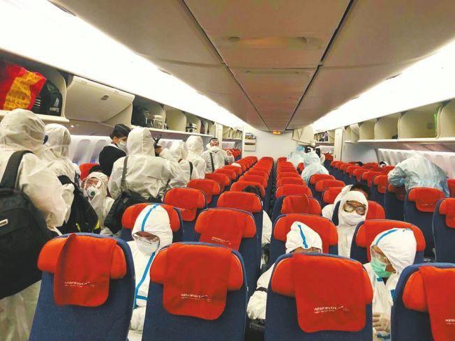 俄航SU208航班登機時的情況,乘客全身包緊緊。(取材自華西都市報)