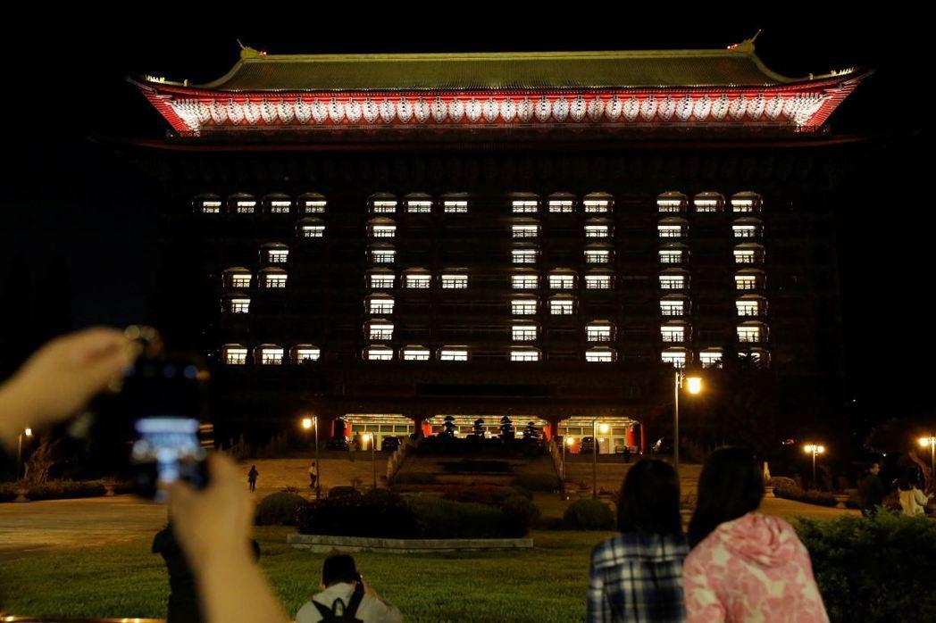4月14日,台灣新冠病毒零確診,台北圓山大飯店14日晚間排出ZERO字樣。 圖/路透社