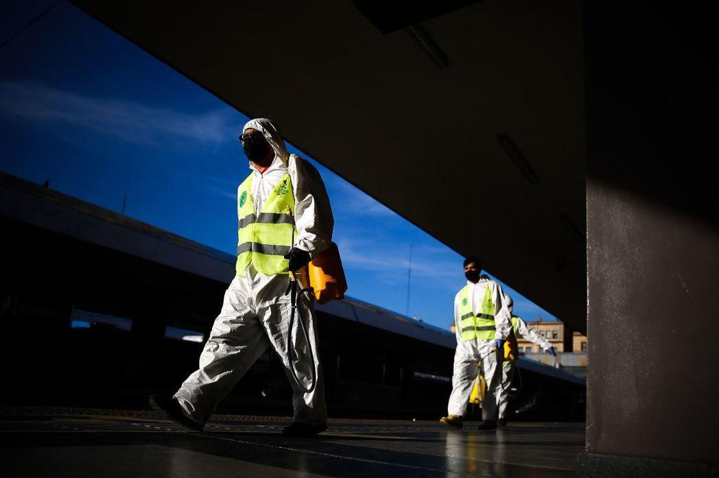 4月17日,阿根廷首都布宜諾斯艾利斯,防疫人員進行車站消毒作業。 圖/歐新社