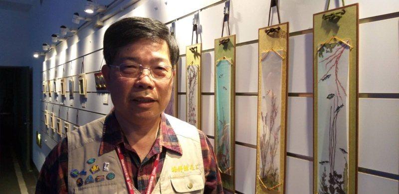 基隆海科館志工吳金輝用海藻創作山水畫,展現另類才華。 圖/邱瑞杰 攝影