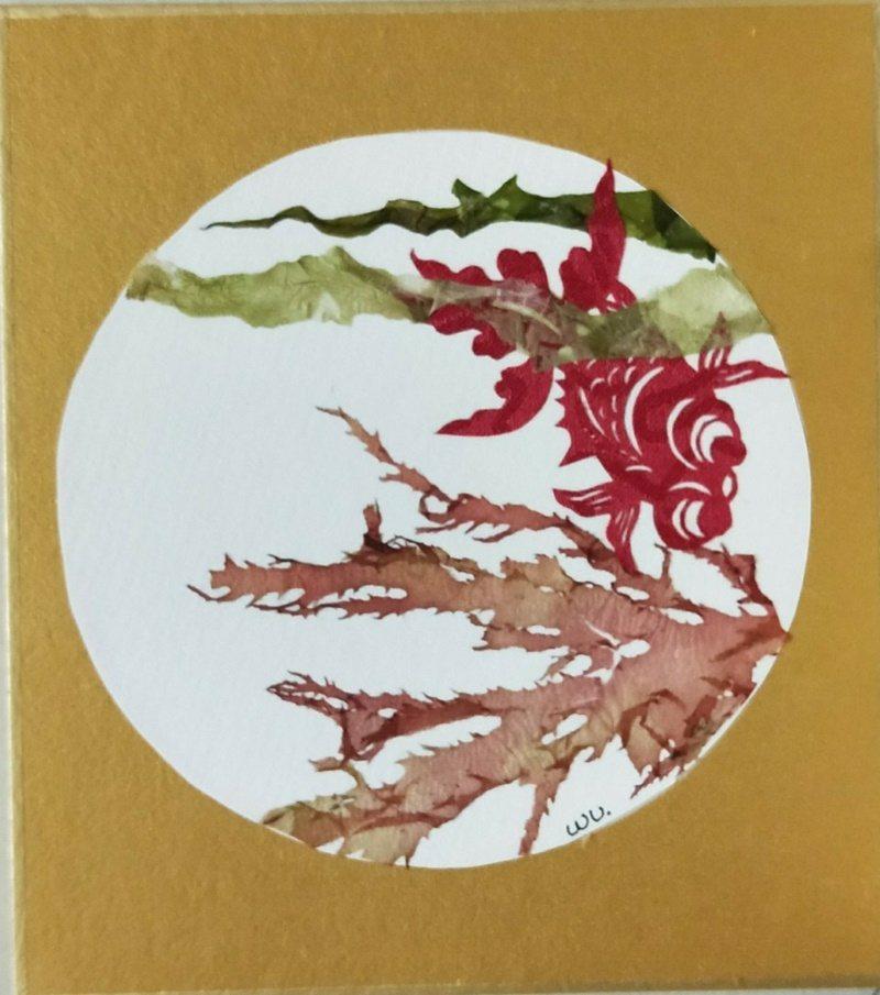 基隆海科館志工吳金輝用海藻創作山水畫,展現另類才華,圖為他的作品。 圖/吳金輝提...